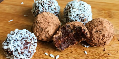 Raw-chocolate-fudge-energy-balls (2)